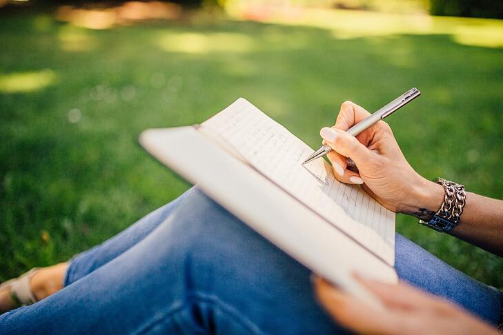 femme écrit