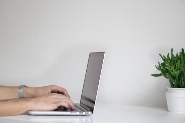 Personne travaillant depuis sa plateforme d'affiliation sur son ordinateur portable