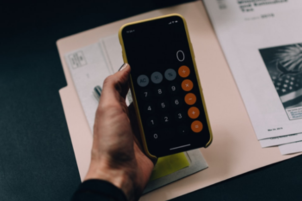 Téléphone avec application de calculatrice ouverte