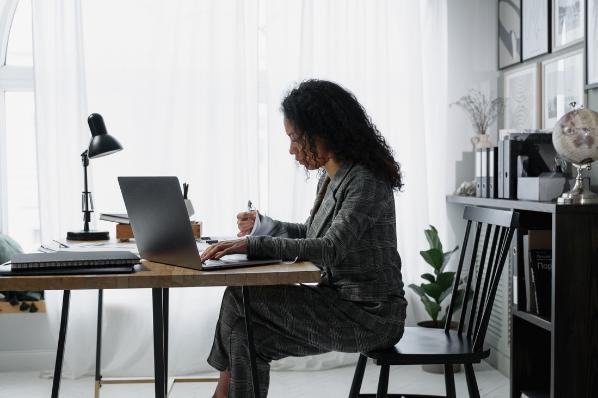 personne à son bureau sur son ordinateur faisant sa comptabilité