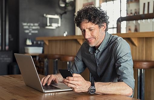 Homme daffaires dans un café