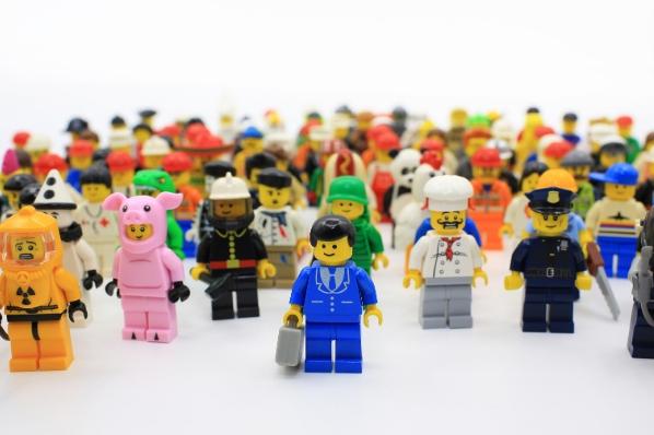 nombreux buyer personas très différents représentés par des lego