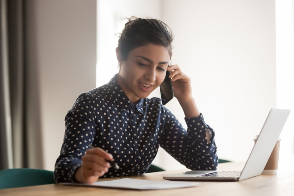jeune femme commercial au téléphone avec un client