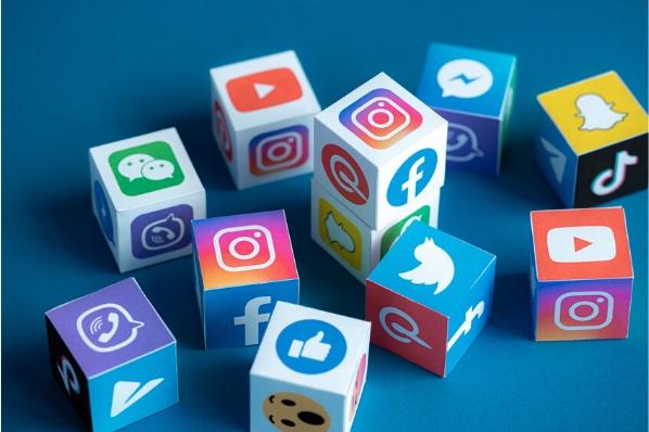 réseaux sociaux représentés par des cubes avec le logo des différents réseaux sociaux