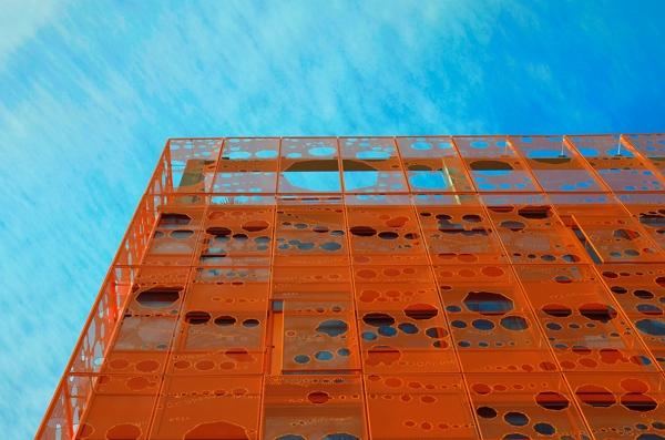 ciel derrière un bâtiment