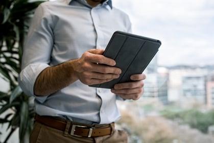 homme tenant une tablette